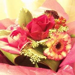 サプライズで花束をプレゼント!記念日に贈りたいのはこの「花言葉」